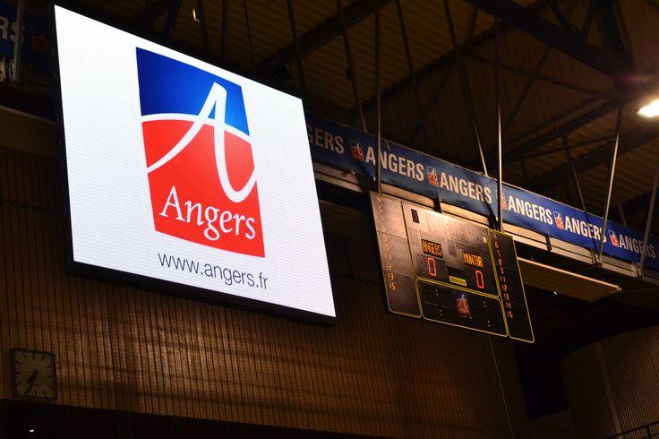 La salle Jean Bouin située au cœur de la ville d'#Angers est composée d'une halle de sports accueillant plus de 3 000 supporters autour d'un parquet de plus de 960m². La salle Jean Bouin, est aussi un lieu où se déroule le tournoi de basket #ProStar et où évolue l'équipe d'#escrime du #SCO. Ecran #LED #Bodet de 12m² http://www.bodet-sport.com/affichage-video/ecran-led.html