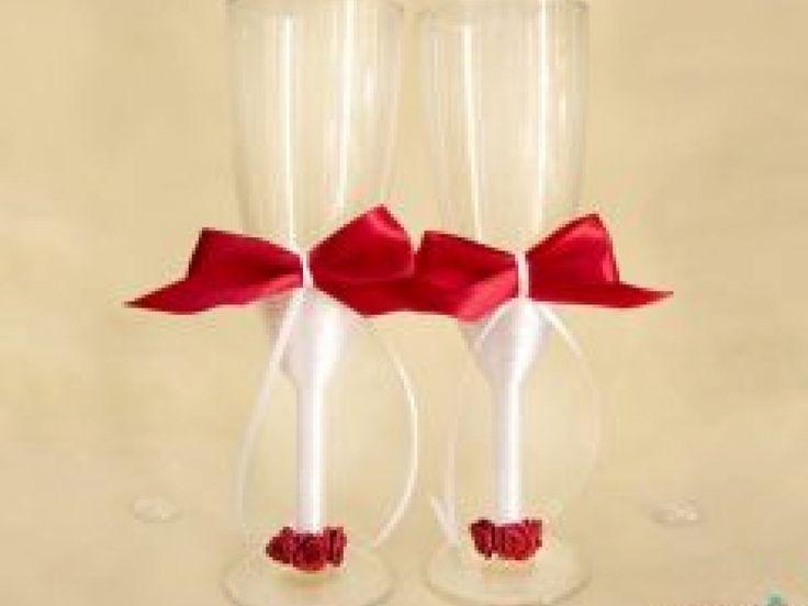 Un set de doua pahare elegante, cu piciorul imbracat in satin alb si ornate cu funde si trandafirasi grena.  *Pe comanda, putem schimba culoarea funditei, in functie de tematica nuntii.
