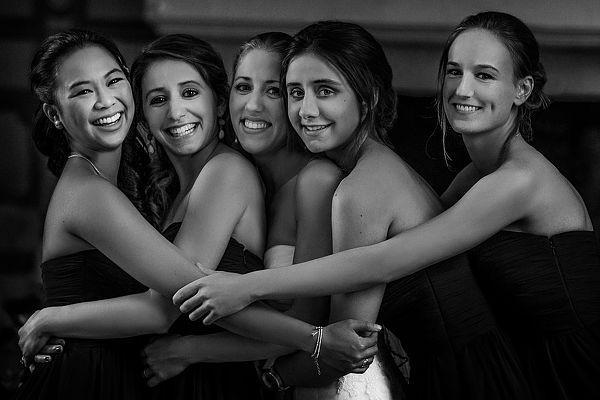 Подружки невесты + невеста. Смеются, обнимаются
