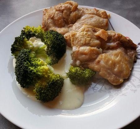 Kuřecí steak s brokolicí a sýrovou omáčkou