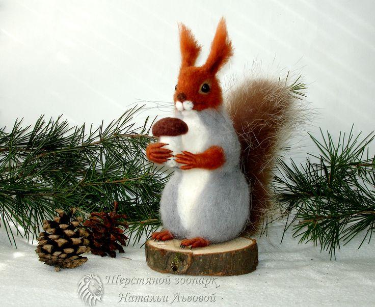 Зимняя белочка – игрушка интерьерная / белка валяная из шерсти /войлок - ручная работа