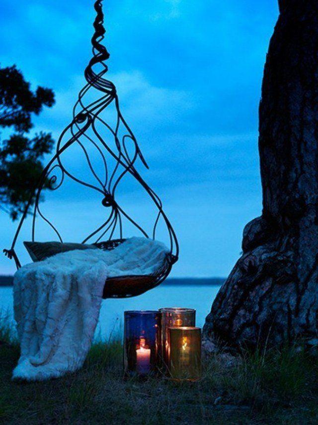 fauteuil de jardin suspendu en métal, couverture et lanternes