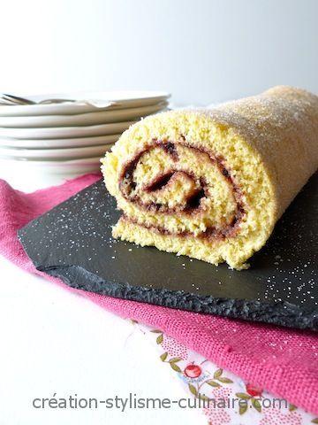 Le gâteau roulé, réalisé ici à partir d'une génoise sans gluten, fait toujours sont «petit effet» côté présentation auprès des convives. Pourtant, il est si simple à préparer! Il s'agit d'une base génoise sans gluten associée à une compotée de myrtilles ou une confiture de votre choix.Très léger en fin de »more