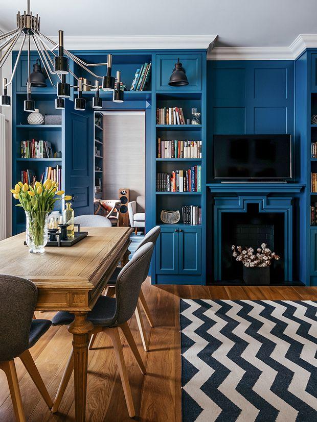 Sala de jantar - prateleira livros - apartamento azul em Moscou