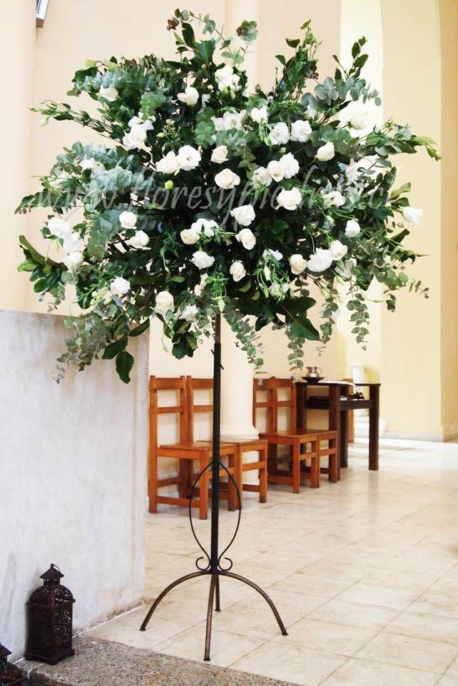 Decoración de Iglesia en tonos blancos. www.floresypiedras.cl