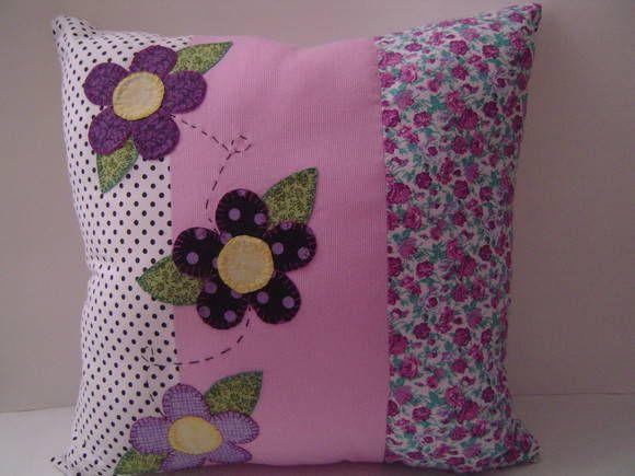 Almofada decorativa bordada com patchcolagem. Enchimento fibra siliconada. Não possui zíper