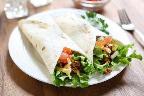 Die aus Mexiko stammenden Burritos werden bei uns immer beliebter. Ein köstliches Tortilla Rezept gefüllt mit Faschiertem, Bohnen, Tomaten und Salat.