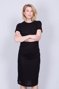 Vanna från Dagmar är en tidlös, svart klänning gjord i en superskön modalmed lite ull i. Den vadlånga klänningen har en vacker drapering över höften, rundringning och korta ärmar. En stilren klänning att klä upp eller ner, året om.