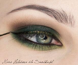 Górną linię rzęs podkreśl brokatowym eyelinerem w zielonym kolorze.