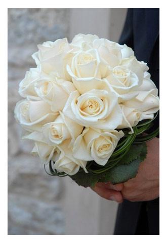 Bouquet sposa candido di rose bianche, bouquet piccolo e tondo. Guarda altre immagini di bouquet sposa: http://www.matrimonio.it/collezioni/bouquet/3__cat