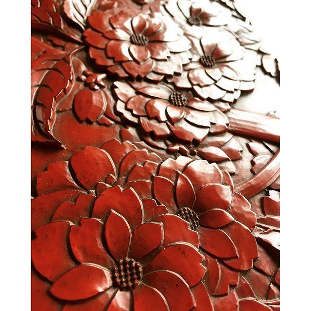 【kenyukamakurabori】さんのInstagramをピンしています。 《八重桜の彫刻。 重なりの表現、三橋式の真骨頂。 #鎌倉 #鎌倉彫 #三橋鎌幽#彫刻 #漆#日本の文化 #桜 #japan #japanesestyle #japanese #二陽堂#八重桜 #職人 #木彫り #桂》
