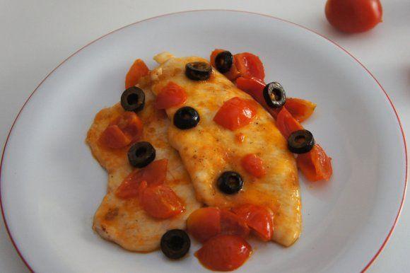 Petto di pollo con pomodorini e olive nere