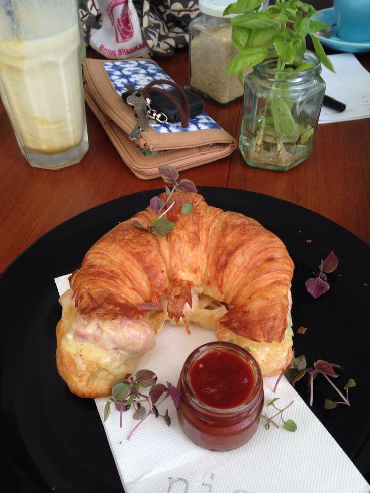 Smoked ham & Swiss cheese croissant
