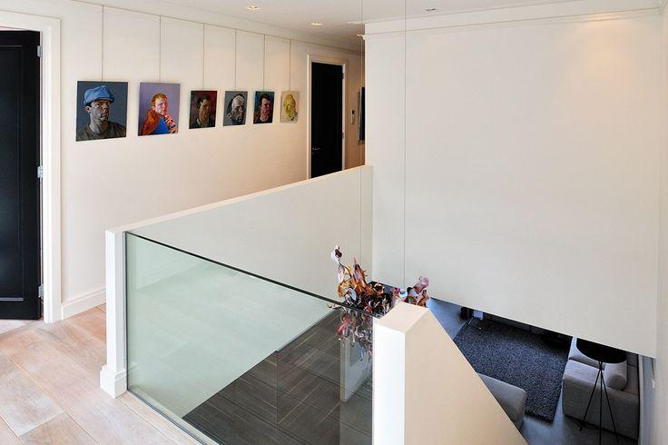 Vide met glazen balustrade brengt veel licht naar de woonkamer, door BNLA architecten. Fotografie: Studio de Nooyer.