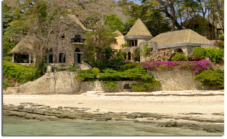 The orderly country style of this mansion's thatch roof on the Pearl Islands