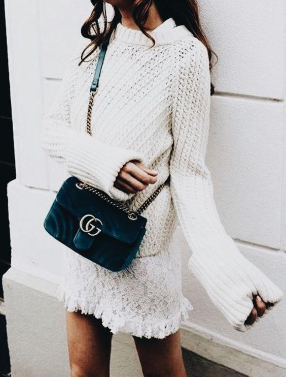Unser Lieblingstrend für den Herbst: Pullover über Kleid! Das kombinierst du am besten mit einer coolen Samt-Tasche wie der Gucci Marmont in blau  Shoppe dieses weiße Spitzenkleid, indem du direkt auf den Pin Klickst (Affiliate Link)