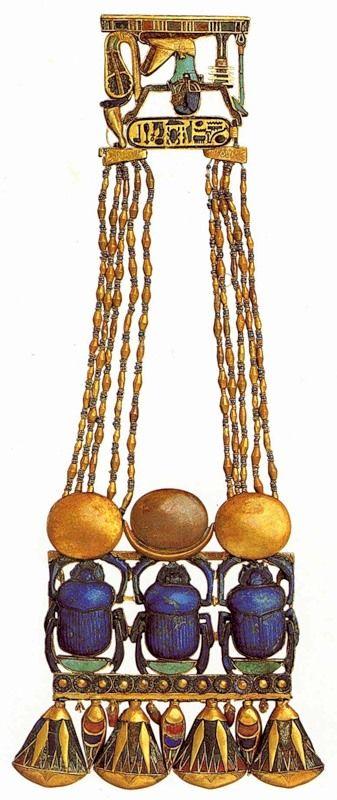 Пектораль со скарабеями и растительным орнаментом Около 1350 до н. э. Золото, ляпис-лазурь, сердолик, стекло Здесь изображены символы Луны (бог Тот) и Солнца (бог Ра).