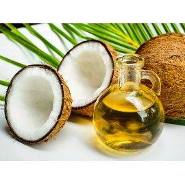Tento výnimočný tuk sa vyrába zo zrelých kokosových orechov. Zložený je až z 92% nasýtených mastných kyselín, čiže veľmi zdravý. V ňom obsiahnuté vitamíny a živiny, nielen z vonku ale aj z vnútra prospievajú ľudskému organizmu. Toto je skutočné tajomstvo krásy. KOKOSOVÝ OLEJ je jeden z najbezpečnejších olejov na prípravu jedál. Aj najbežnejšiemu jedlu zvyšuje nutričnú hodnotu a krásne zvýrazní jedlu jeho pravú chuť. Posilňuje imunitu a je pre organizmus ideálnym zdrojom čistej energie.