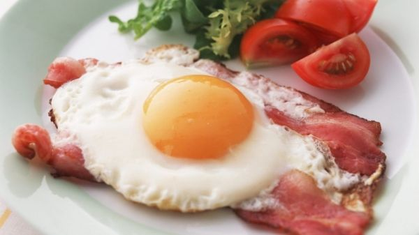 Будь то в омлеті, варені або смажені, яйця здаються більш здоровою їжею, ніж, наприклад, млинці або миска солодких пластівців. Але якщо є яйця багато разів в тиждень, то виникає питання — чи так це корисно і як багато яєць можна їсти, не побоюючись за своє здоров&#8217