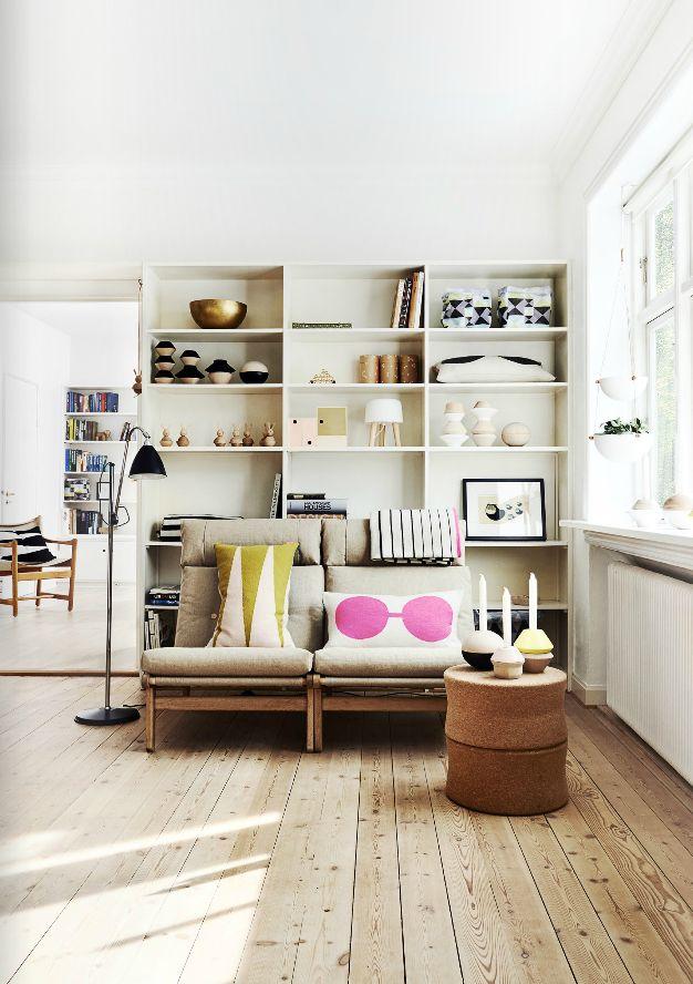 Une ambiance Scandinave, des étagères toutes simples et qui abritent de jolis objets, les coussins apportent les touches de couleurs.
