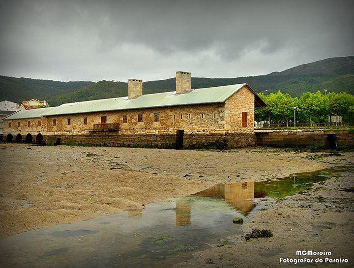 Fotógrafos Do Paraíso Muiño do Pozo do Cachón, na parroquia de Serres do concello de Muros (A Coruña). Este é un dos muiños de mareas máis grande de España, foi construido no século XIX e rehabilitado no ano 1990.
