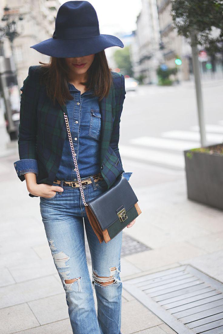 Acheter la tenue sur Lookastic:  https://lookastic.fr/mode-femme/tenues/blazer-chemise-en-jean-jean-skinny-sac-bandouliere-chapeau-ceinture/4477  — Chapeau en laine bleu marine  — Chemise en jean bleue  — Sac bandoulière en cuir bleu marine  — Blazer écossais bleu marine et vert  — Ceinture en cuir imprimée léopard brune claire  — Jean skinny déchiré bleu