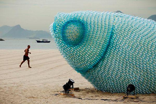 Arte hecho con botellas recicladas.