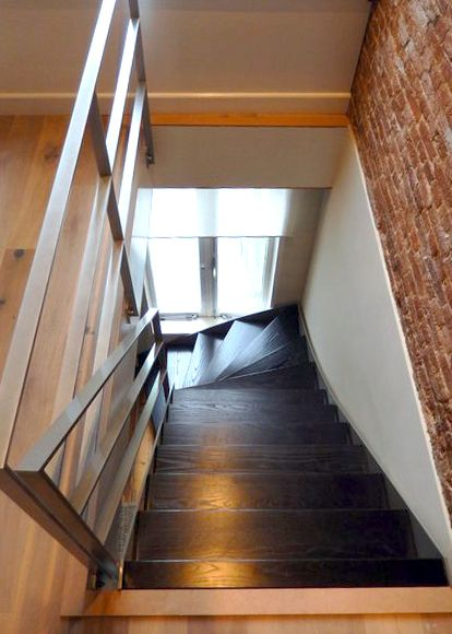 Moderne stalen trap met donker houten treden KWT26 - TRAPPENKOPEN.nl