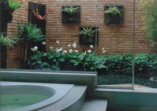 Jardim de inverno na lateral do banheiro.  Fotografia: http://www.decorfacil.com/jardim-de-inverno-modelos-e-plantas/