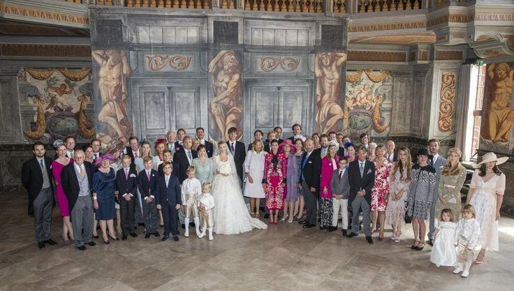 Dopo sei anni di fidanzamento, Ernst Di Hannover, primogenito del marito di Carolina di Monaco ha sposato la stilista russa Ekaterina Malysheva. Grande assente