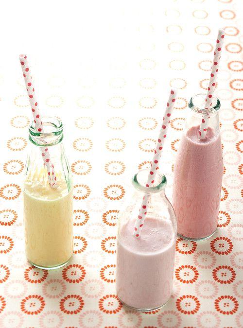 Yogourt à boire aux fruits style YOP INGRÉDIENTS   250 ml(1 tasse) de yogourt nature 2 %   250 ml(1 tasse) de lait   250 ml(1 tasse) de fruits frais ou surgelés, décongelés (framboises, mangues, fraises, bleuets, pêches, etc.)   15 à 30 ml(1 à 2 c. à soupe) de sucre  Mettre les ingrédients dans un mélangeur et réduis-les en purée lisse. Si tu utilises des framboises ou des fraises, tu peux passer la préparation dans un tamis pour en retirer toutes les graines.