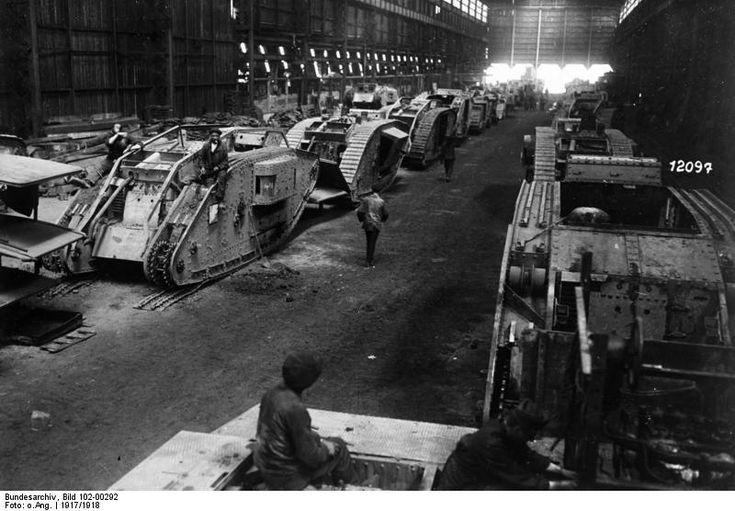 Sitio de reparación de tanques británicos, capturados por alemanes. Cerca de Charleroi, Belgica, 1917.