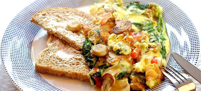 Deze omelet met spinazie, champignons, paprika en gesmolten kaas is lekker als avondeten of bij de lunch. Hier vind je het makkelijke omelet recept.