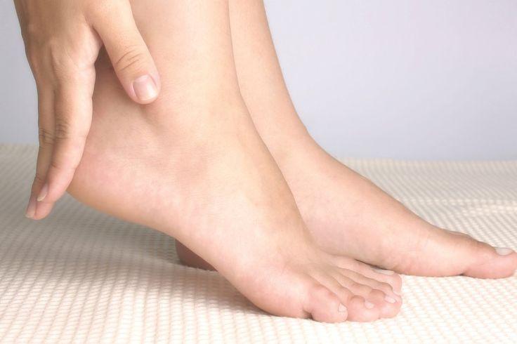 Pyssla om dina fötter i sommar! 5 minuter om dagen räcker för att hålla dem mjuka. Här är fotterapeuten Paula Goldeas bästa tips.