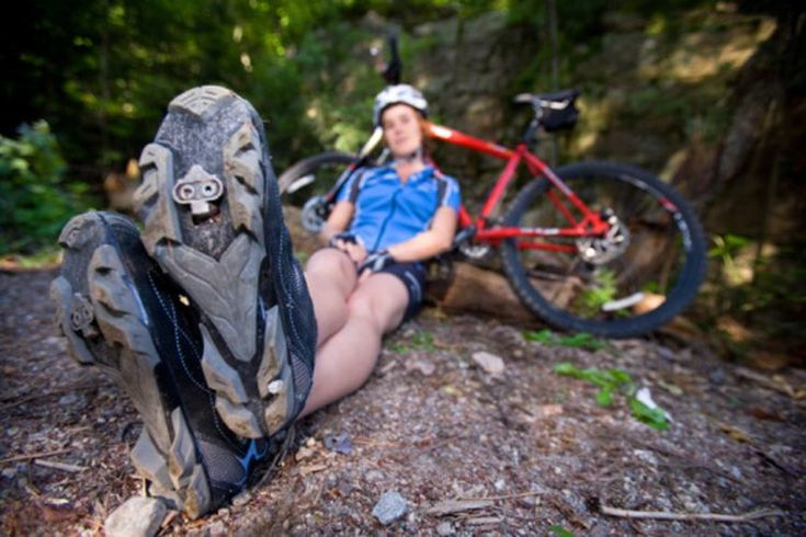 Las zapatillas más cómodas para ciclismo . La comodidad de la zapatilla para ciclismo es subjetiva, depende casi totalmente del tipo de conducción que haces. Todas las zapatillas para ciclismo tienen suelas rígidas, moldeadas por inyección de fibra de carbono plástico o fibra de vidrio, además de ...
