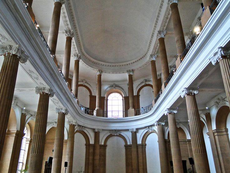 """Chapelle du Château de Lunéville Le château est construit pour le duc Léopold Ier entre 1703 et 1720 sur les plans des architectes Pierre Bourdict, Nicolas Dorbay et Germain Boffrand. Il s'agit d'une reconstruction de l'ancien château de Lunéville d'après les plans du château de Versailles. Le château est ensuite agrandit par Stanislas Leszczynski qui en fait sa résidence principale.  Il est aussi appelé le """"Versaille Lorrain"""" ou château Stanislas. Il est classé monument historique en 1901."""