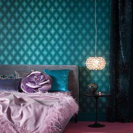 Impressioni in stile barocco per la camera da letto in cui giocare con velluto, piume colorate e arredi eccentrici. Se ami questo stile non dimenticare un lampadario importante dall