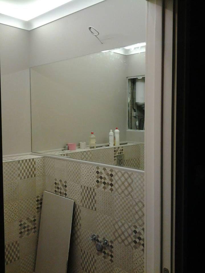 Данный проект выполнен силами нашей компании в 2016г. Зеркало в ванную и полочки из закаленного стекла. В проекте использовалось зеркало серебро 4мм с фацетом и закаленное стекло 8мм. Установка зеркала производилась с помощью скрытого крепежа. Полки установлены с помощью специальных держателей. Проект реализован в г. Москва