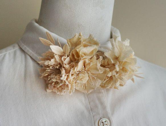 いろいろな花と枝をぎゅっと束ねて蝶ネクタイにしました。薄いやわらかな生地や、くしゅっとした表情のレース調のコットン生地、もしゃもしゃの糸やぽってりしたジャガー... ハンドメイド、手作り、手仕事品の通販・販売・購入ならCreema。