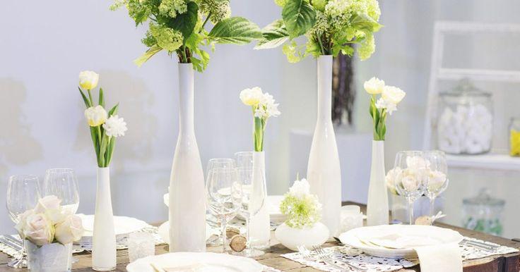 Como fazer arranjos de flores em vasos altos para mesas de buffet. Os arranjos florais são bons enfeites para mesas de casamento, reuniões de empresa, chás de panela e outros eventos. Os vasos altos podem representar um desafio, já que os convidados terão que olhar através deles para ver os outros na mesa. Escolher arranjos finos e recipientes transparentes podem reduzir o desconforto e dar um toque de elegância ...