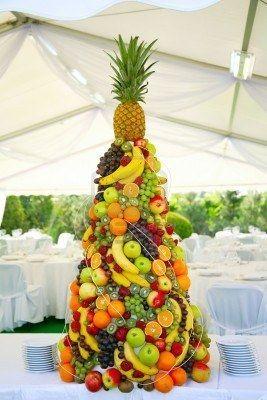 Pyramide avec des fruits tropicaux sur le banquet de mariage  Banque d'images