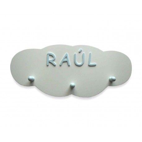 Perchero personalizado con forma de nube. Nombre y tres colgadores lacados en color azul claro. Lo encontrarás en www.lafabricadeladecoracion.com