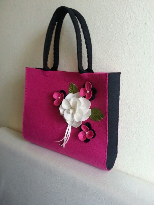 Keçe çanta. Felt bag. Gül çiçek rose siyah fuşya cantam. El emeği.  Keçe hobi. Daha ne olsun:)