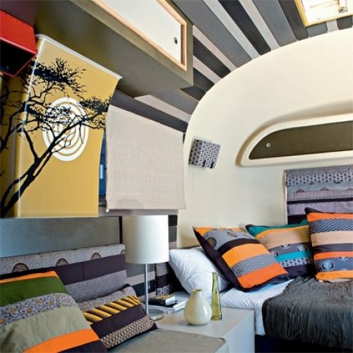 Cape Town Afrofunk, one of 7 caravans on the roof of the former Metropole Hotel du Cap. architect Carla Soudien was inspired by South Africa to create this mixture of warm colors (orange, ocher and chocolate) stripes and dark woods, the challenge was to deliver a contemporary design and local decoration.