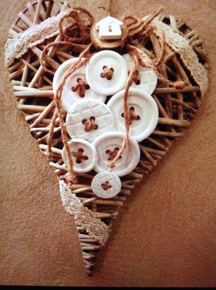 Cuore decorato con bottoni in polvere di ceramica fatti a mano