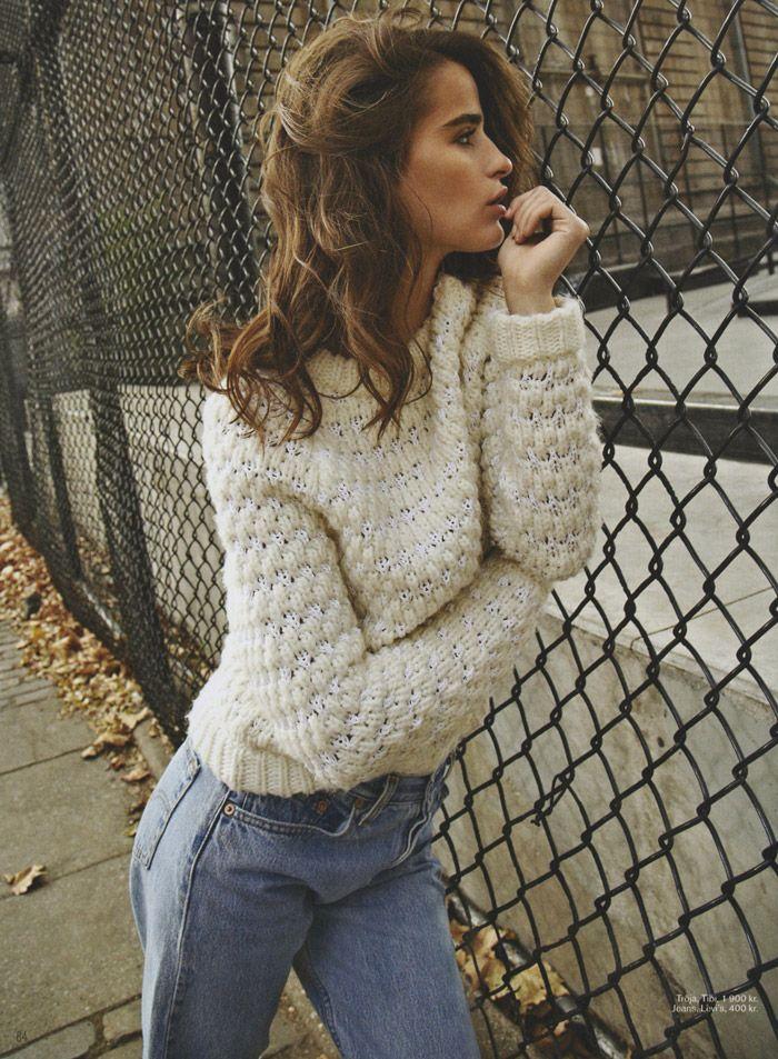 chompa blanca y jeans ajustados estilo ochentero