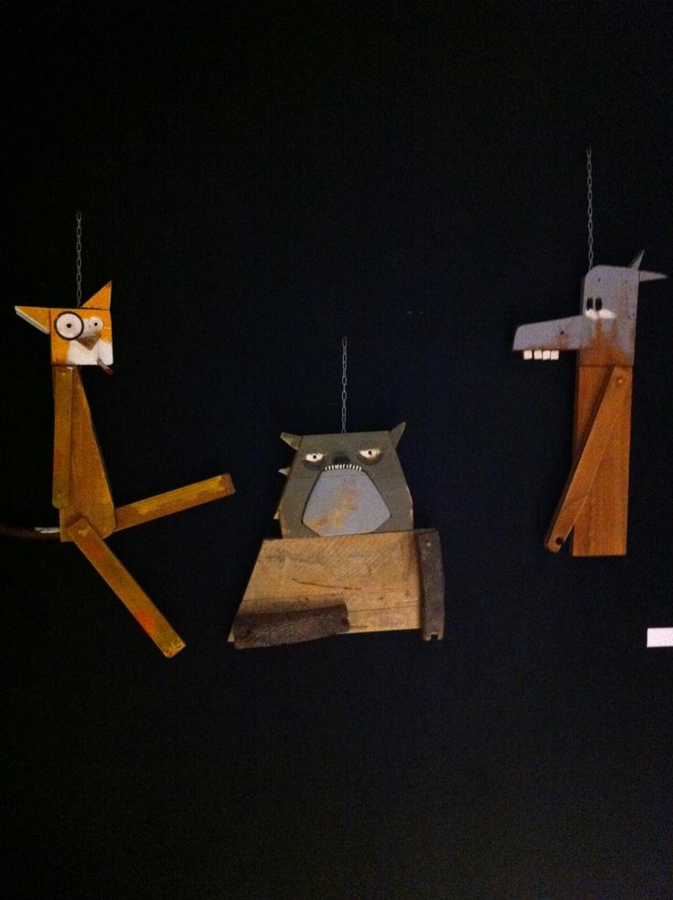 Marco Bellotti con scarti di sedie di legno, cassette della frutta ... crea i suoi amici animali.