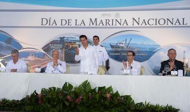 El Primer Mandatario saluda a los asistentes a la celebración del Día de la Marina Nacional, en el estado de Colima.