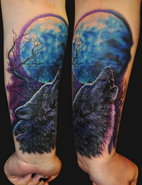 tatouage loup pleine lune bleue des nuances pourpres d'arbres hurlement