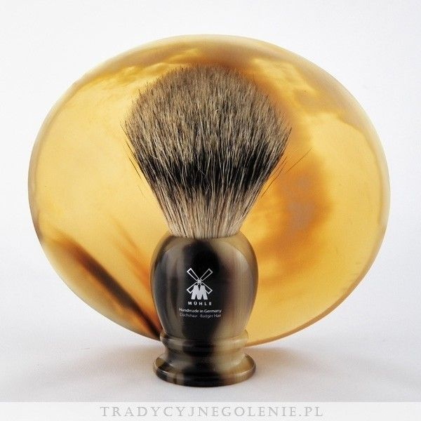 Najwyższej klasy niemiecki pędzel do golenia Muhle z najwyższej jakości ręcznie selekcjonowanego włosia borsuka (SILVERTIP). Rączka imitująca jasny róg bawoli wykonana z syntetycznej żywicy, na rączce logo Muhle.
